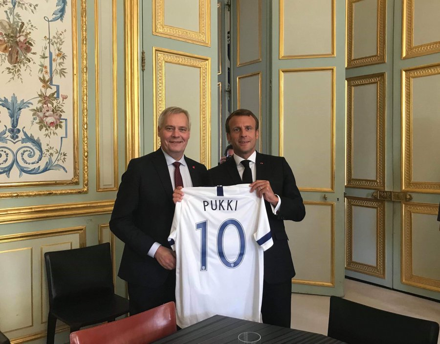 The Prime Minister of Finland gives the President of France the best gift of all time. 🐐