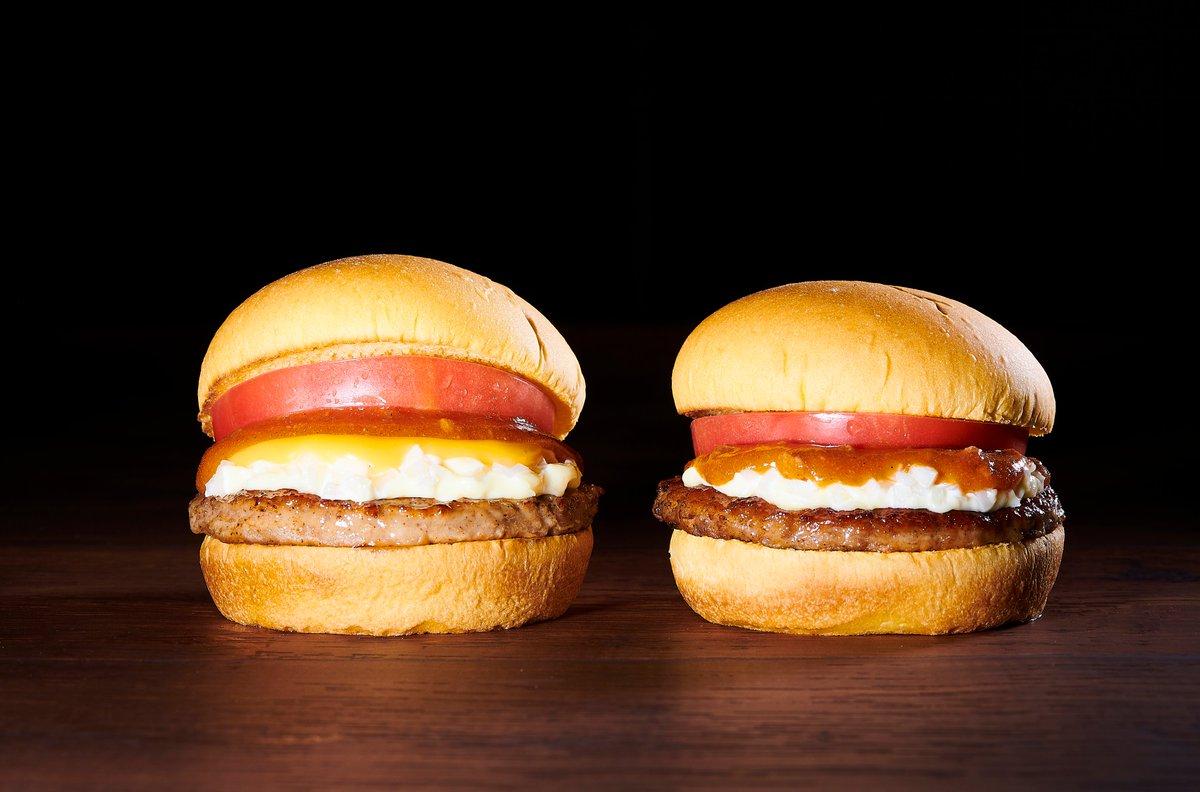 #フレッシュネス の看板メニュー「フレッシュネスバーガー」と3種のチーズを使った特製チーズソースを合わせた「フレッシュネスチーズバーガー」✨厚切りトマトの食感とパンプキンバンズ、ソースの組み合わせが最高なんです🍅!公式アプリでお得なクーポンをゲットしよう😉