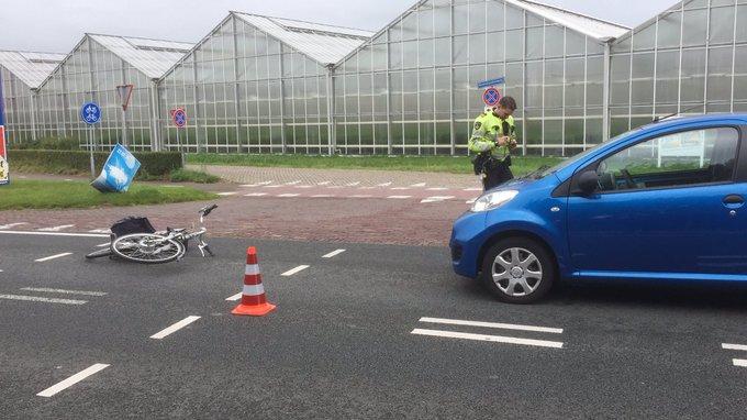 Ongeluk auto/fietsster Noordlandseweg 's-Gravenzande. Vrouw wordt nagekeken in ambulance https://t.co/dayJXWKCBI