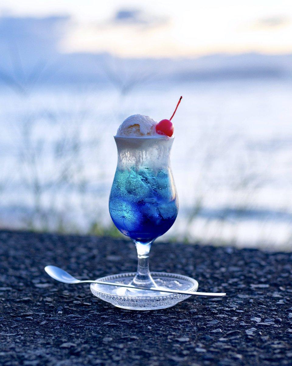 青が深くなる頃、海辺でクリームソーダを。