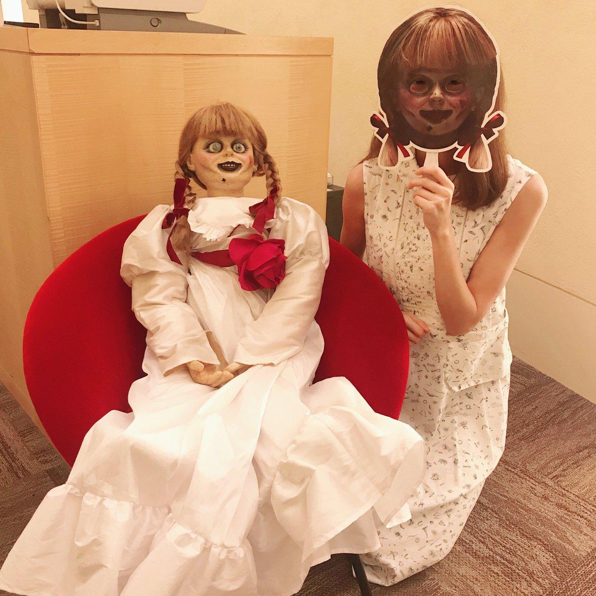 打合せにやってきた早見さん。早見さんが呪いの人形 #アナベル に…!!!!……呪い感がありません!!!✨『#アナベル死霊博物館』明日20日(金)公開です👻.。oO(…早見さん、ありがとうございます) #早見沙織 #はやみん ワーナーの(ス)