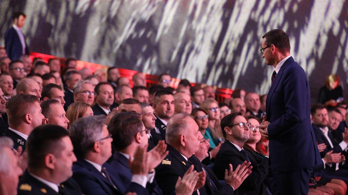 """Premier @MorawieckiM podczas uroczystej Gali Finałowej Programu """"@PKN_ORLEN dla Strażaków"""" w #Tychy: To dla mnie ogromna radość i duma być dzisiaj tutaj z Wami. Dziękuję za Wasze męstwo i odwagę."""