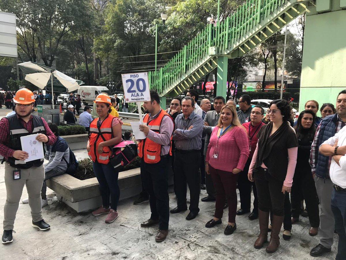 En punto de las 10:00 a.m. empleados de #SEMARNAT participaron en el #MacroSimulacro2019 para fortalecer la cultura de la prevención.#DíaNacionaldeProtecciónCivil 👷🏽♀️👷🏽♂️