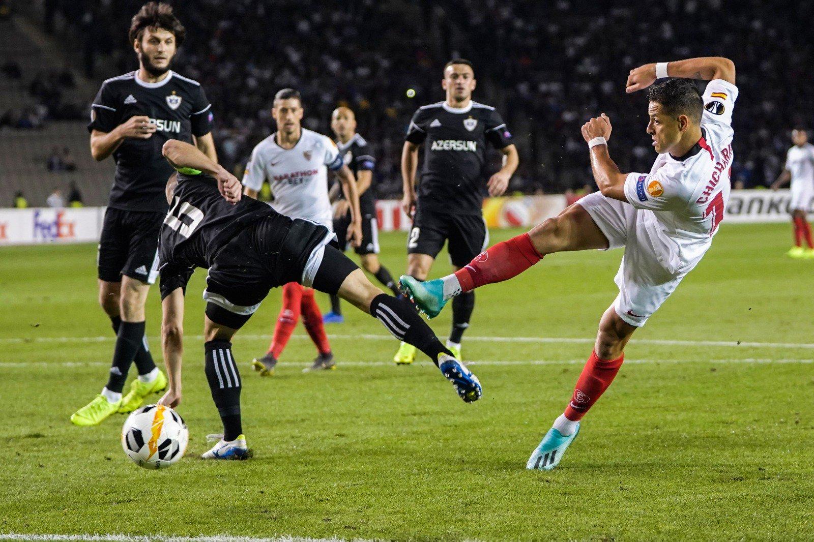 Javier 'Chicharito' Hernández marcó un golazo de tiro libre con el Sevilla