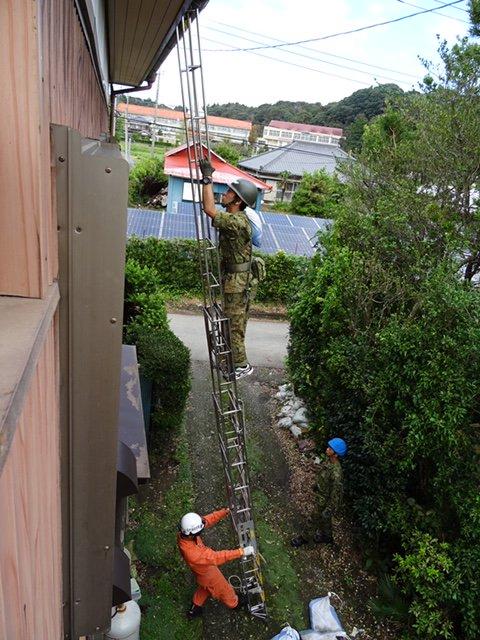 #第1空挺団 及び東北方面施設支援群(東北方)は、#千葉県 内11市町において東京電力と連携し、電力供給に支障をきたす #倒木 の伐採を継続して実施しています。また、家屋の応急処置( #ブルーシート 展張)を #消防 署員と連携して行っています。@NeaAdminpr #精鋭無比