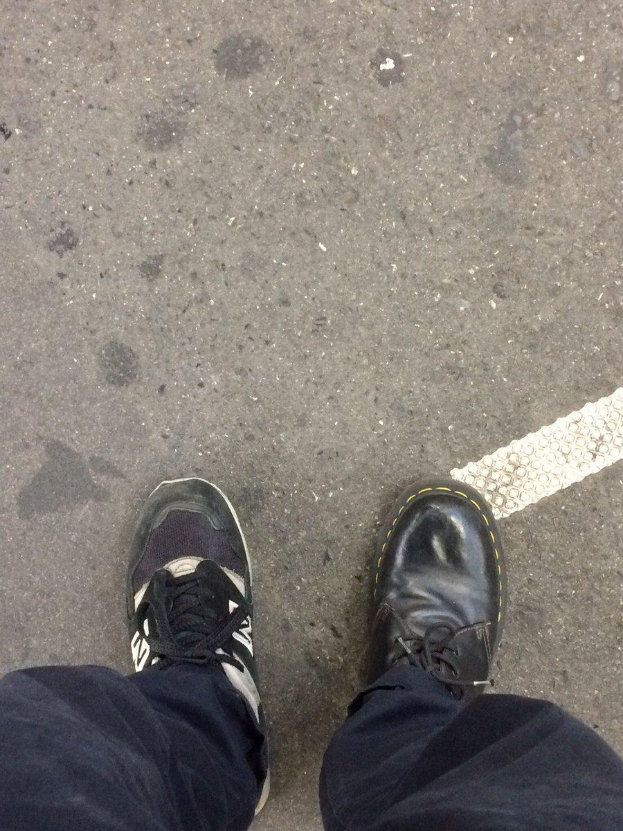 【トリプルファイヤー吉田のブラックを探して】集合時間に遅刻しそうになり駅についてから間違いに気付く。#今日のブラック#履き替えに戻る時間はない#電車乗るの恥ずかしい#でも両方ブラックだから#ギリギリ大丈夫#早朝集合だから玄関薄暗い#ブラック校則