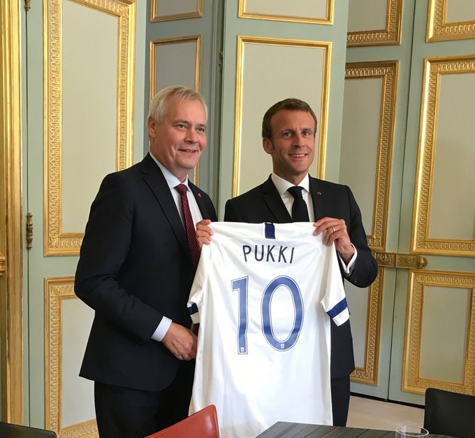 🇫🇮👏 Have to rate Finlands Prime Minister, Antti Rinne, gifting the French President, Emmanuel Macron, a Teemu Pukki shirt on his visit to France... 📸 @jariPLuoto #NCFC