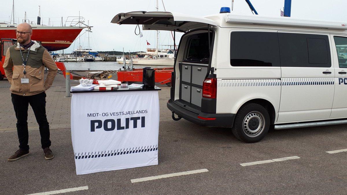 Mød den mobile politibus på havnen i Roskilde vi vidensdeler gerne om forebyggelse af f.eks. indbrud https://t.co/w9uaNbgVkV
