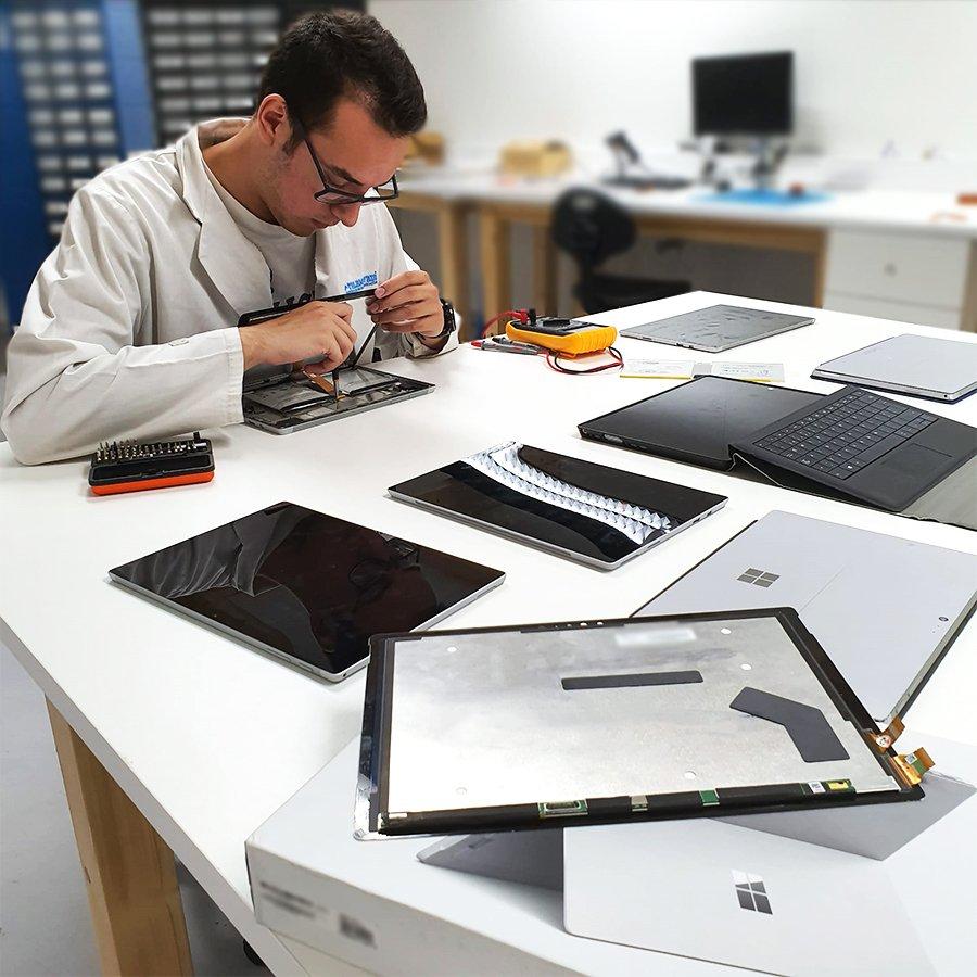 Possuímos Técnicos especializados na reparação de Microsoft Surface. Sempre com garantia sobre o serviço.  Consegue um orçamento grátis em http://www.ptelemoveis.pt | 244001251 | suporte@ptelemoveis.pt  #ptelemoveis #surface #microsoftrepair pic.twitter.com/GKbpUEqnw3
