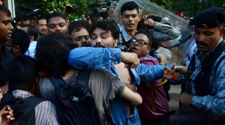 जाधवपुर के इन मेधावी छात्रों को सहिष्णुता के इस असीम गांधीवादी व्यवहार पर बधाई है। यूनिवर्सिटी भी इनकी, पाठ भी इनका, गुस्सा भी इनका, हाथापाई भी इनकी। राज्यपाल को आकर बचाना पड़ा बाबुल सुप्रिय को। एक विचारधारा को रोकने की लड़ाई है या विचार की एक ही धारा चलेगी वाली दादागिरी!