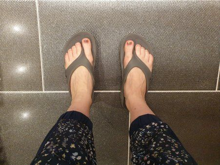 """""""I put innersoles or heel inserts into all of my shoes, and I was lucky enough to be gifted a pair of OOFOS recovery sandals that I have been wearing around my house non stop since they arrived""""  http:// bit.ly/2LG7Hux     #ukrunchat<br>http://pic.twitter.com/A4NRwVS7TG"""