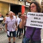 Image for the Tweet beginning: Una trentena de veïns protesten