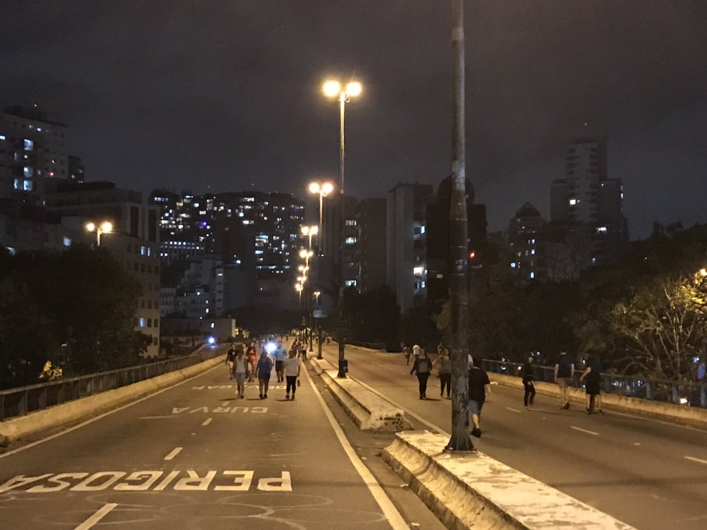 Last night @WBG_Cities visited with SP Urbanismo & @inakialday the Minhocao a 3km elevated highway in downtown São Paulo @prefsp with the potential of becoming an iconic new public space. Check the pictures taken after 8pm when It becomes pedestrian