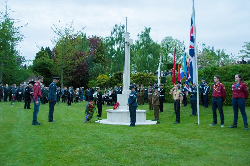 To mark the 75th anniversary of their liberation, the people of Brunssum today bestowed Honorary Citizenship upon the 328 British soldiers buried @CWGC's Brunssum War Cemetery – the first time such an award has been granted posthumously. Learn more: ow.ly/mpLa50wgu0x #WW2