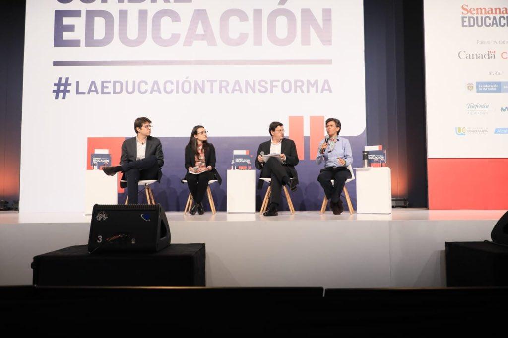 Termina debate de @SemanaEducacion  Solo fue Claudia y otro candidato... así como esta mañana al debate de ambiente y antier al de Cultura Ciudadana.  Cuando falta Claudia abunda el show, pautan #Hashtag etc.