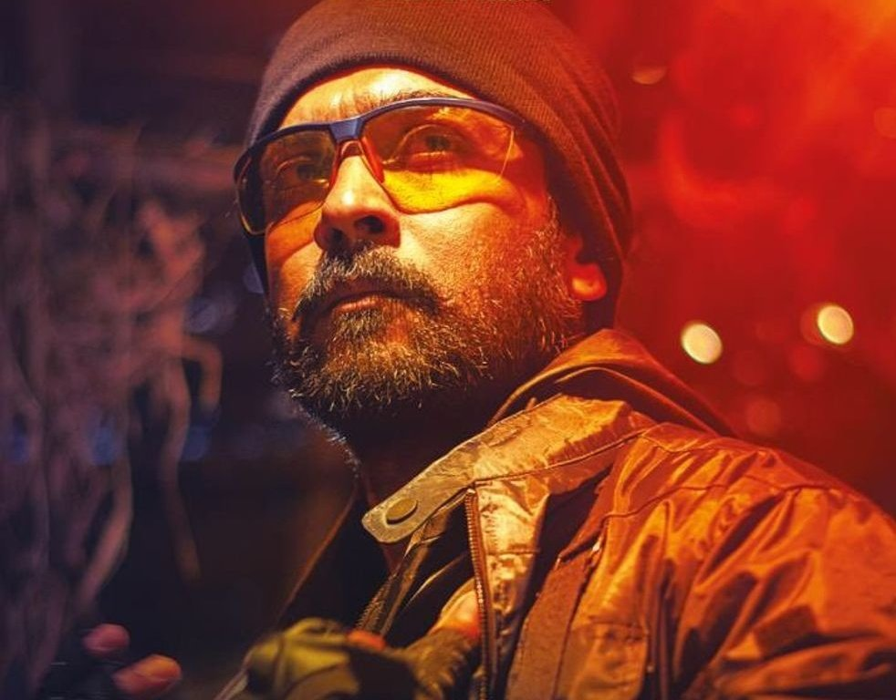 #KaappaanReview the entire movie is like an extended climax. Never a dull moment. Treat for action lovers. Villains for a change did their part convincingly. One downside is 2nd half BGM during social issue scenes are off. #Kurilae moved to end credits is good.   Paisa Vasool.<br>http://pic.twitter.com/YpYBoJw2X9