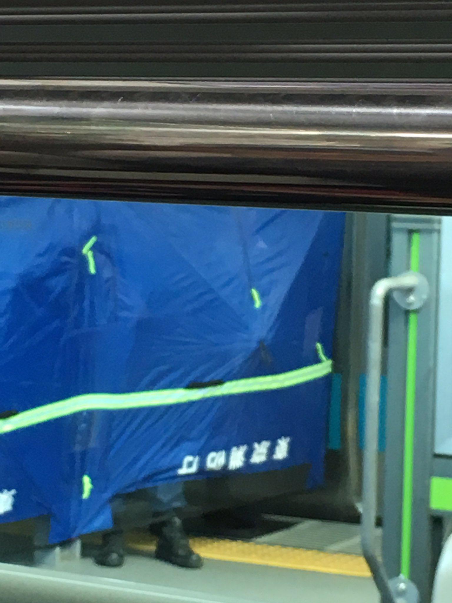 神田駅の人身事故でブルーシートで隠し救護活動している現場画像