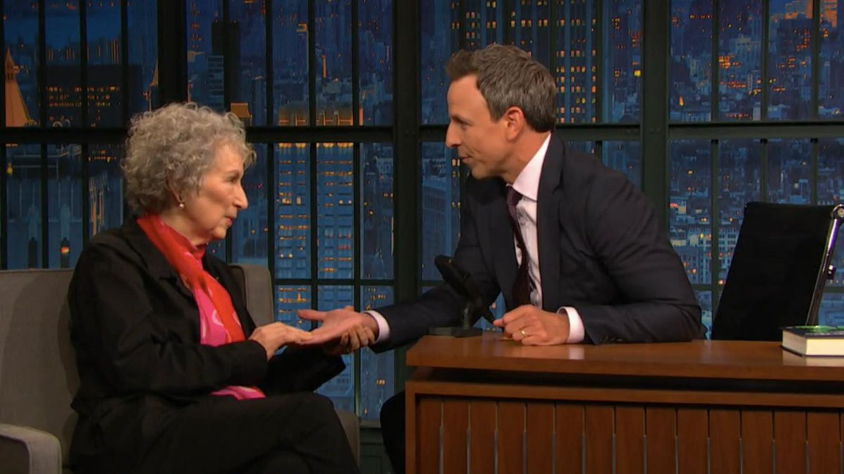 Margaret Atwood reads Seth Meyers' palm and foretells a post-Handmaid's world trib.al/u5Z3RMR