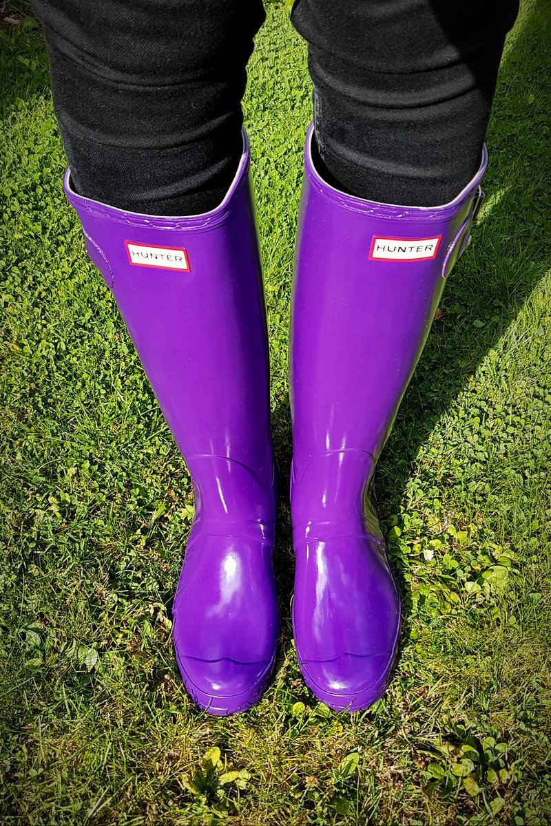 I managed to obtain a brand new pair of Hunter Gloss Sovereign Purple wellies. This colour is quite old (7 years?) but is still an amazing colour! Just a few quick pics. Better pictures will follow soon.  #Hunterboots #Hunter #Boots #Wellies #Wellington #Original #Tall #Purple