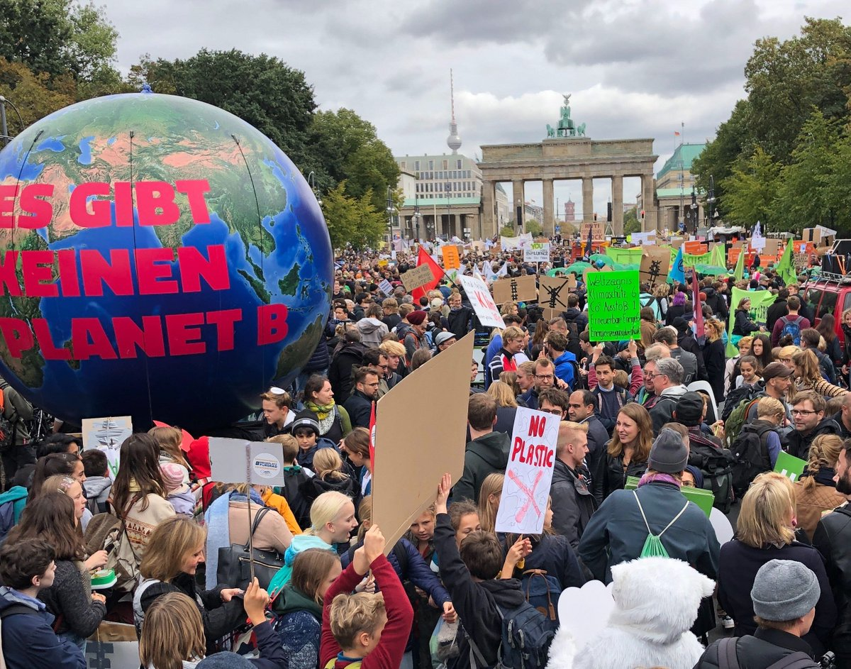 Wow! In more than 500 German cities, young and old took to the streets for the global climate strike. We demand decisive climate protection and full compliance to the Paris Agreement - immediately! #GlobalClimateStrike #allefürsklima #GlobalGreens #ClimateActionNow<br>http://pic.twitter.com/S22r96MhCZ