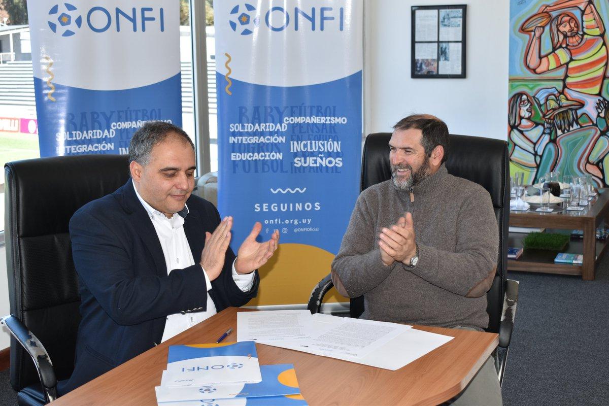 🖋 Firma del acuerdo entre la Unión de Rugby del Uruguay 🏉 y @ONFIOficial ⚽ para que 24 equipos de Baby Fútbol de Montevideo y Canelones incluyan al Rugby 🙌🏼😊