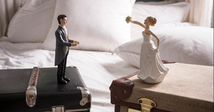 20 septembre 1792 : première loi française pour le divorce. Jusque là, le mariage était un sacrement indissoluble qui relevait de l'église. Voici trois histoires de divorce... quand la religion s'en mêle. https://www.franceculture.fr/emissions/les-pieds-sur-terre/divorce-quand-la-religion-sen-mele?utm_medium=Social&utm_source=Twitter#Echobox=1568979061…