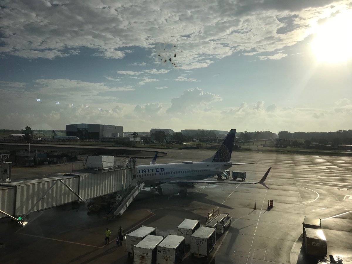 Nothing like a little sunshine over IAH in the morning to brighten up the day for our customers and United family members! What a fantastic team we have in IAH. 😎@weareunited @JMRoitman @csarkari @rodney20148 @rachaelrivastx