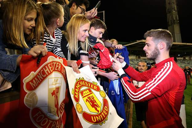 David de Gea has donated 200,000€ (£176,000) to the Spanish Red Cross to aid the clear up operation in the flooded areas of Alicante and Murcia.More: https://bbc.in/2kwP6WY#MUFC #bbcfootball