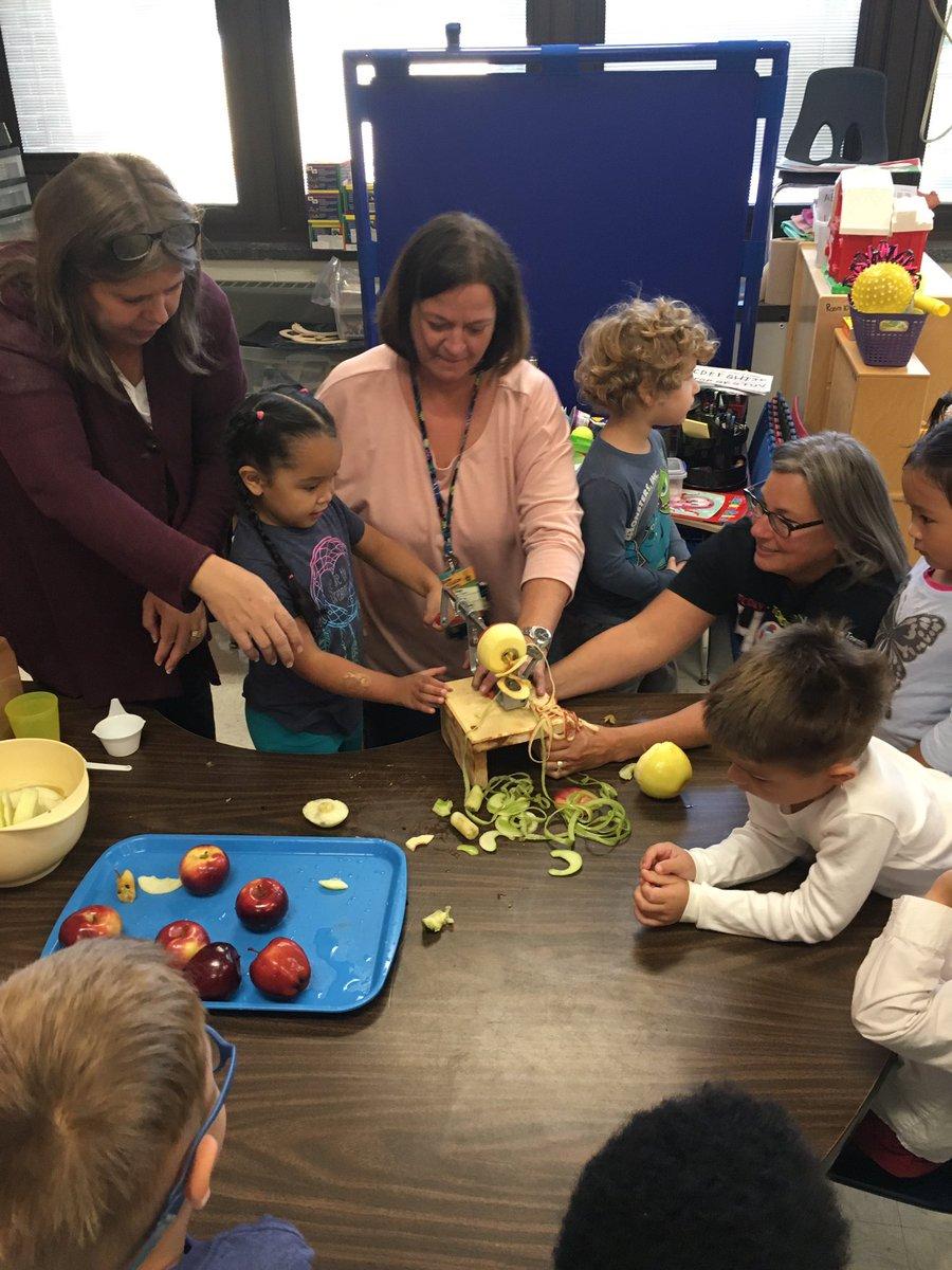 Mrs. Vinch's and @dpescepreschool class making apple sauce @bfes_ltps #bfrocks