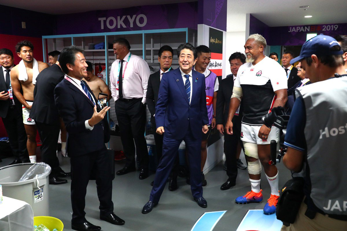 test Twitter Media - Shinzo Abe prime minister of japan visited @JRFURugby's dressing room after their impressive win over Russia in the opening game of #RWC2019  #JPNvRUS https://t.co/nAwQwmyEMK