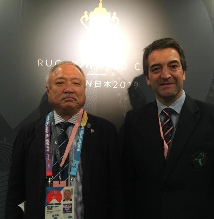 El Presidente de @RugbyUruguay 🇺🇾, @ferraripabloUY, junto al Presidente de @JRFURugby 🇯🇵, Shigetaka Mori, en Tokyo durante el partido inaugural de la Copa del Mundo #RWC2019 #RWCTokyo
