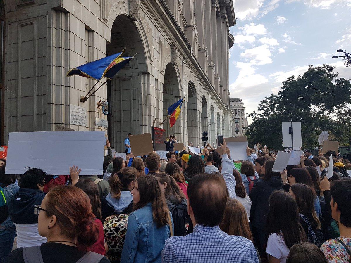 #GlobalClimateStrike #Bucharest in front of the Romanian Ministry of Environment.  #FridaysForFuture  #ClimateStrike  #Klimastreik #AlleFuersKlima <br>http://pic.twitter.com/os1rvzsWqc