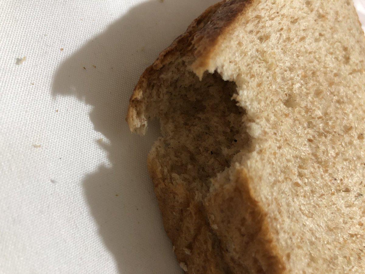 Soy consumidora de este pan integral Bimbo  desde hace más de 19 años y ahorita las dos penúltimas rebanadas tienen esta forma,  porque será?  Y nadie lo pellizcó y obvio la bolsa estaba cerrada como todas😱 no hay pedazos sueltos en la bolsa 😬