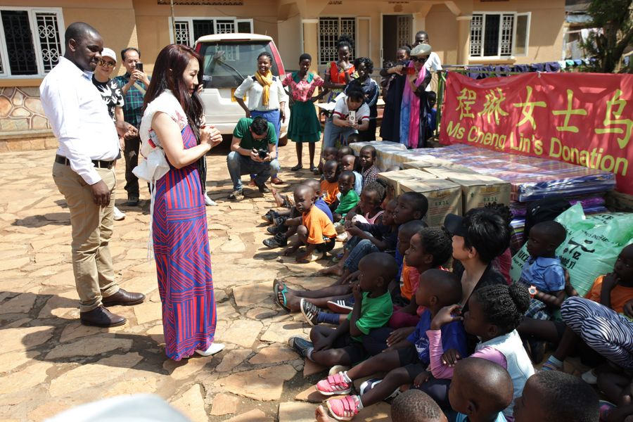 A heart-warming moment as Chinese pop singer Cheng Lin sings songs and donates food and mattresses to an orphanage in central Uganda's Wakiso district http://xhne.ws/mH4nz