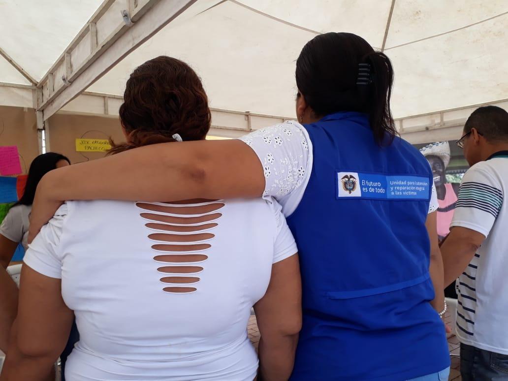 La @UnidadVictimas realizó acto de dignificación en #Cartagena con los familiares de las víctimas del postulado Eugenio Reyes Regino. #UnidosPorLasVíctimas.