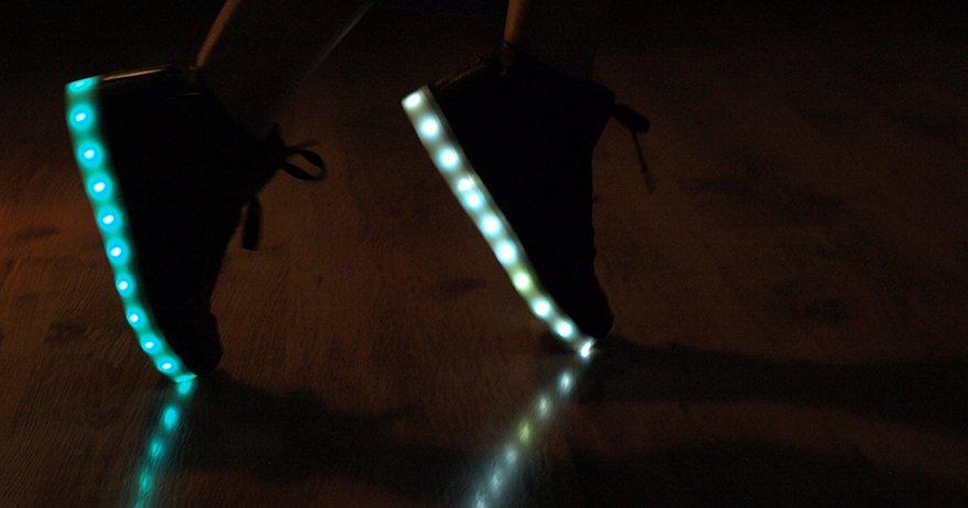 «Comienza en plan rave, subidón de música, baile, oscuridad y las luces brillantes de las zapatillas de Sandra Gómez dándolo todo. (...) Una escena que llevamos inscrita en la memoria del cuerpo, nos llega de algún lugar escondido.»🗣️Óscar Cornago  🎟️ https://t.co/4Uhrg8TbBn
