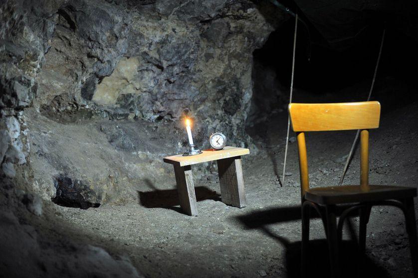 """""""J'ai eu des sensations de picotement au départ, puis une sensation de chaleur quasi constante"""" explique Anne suite à l'installation d'un réseau wifi sur son lieu de travail. Elle choisit de vivre à l'abri des ondes, dans une grotte. https://www.franceculture.fr/emissions/les-pieds-sur-terre/electro-sensible-r?utm_medium=Social&utm_source=Twitter#Echobox=1568892242…"""