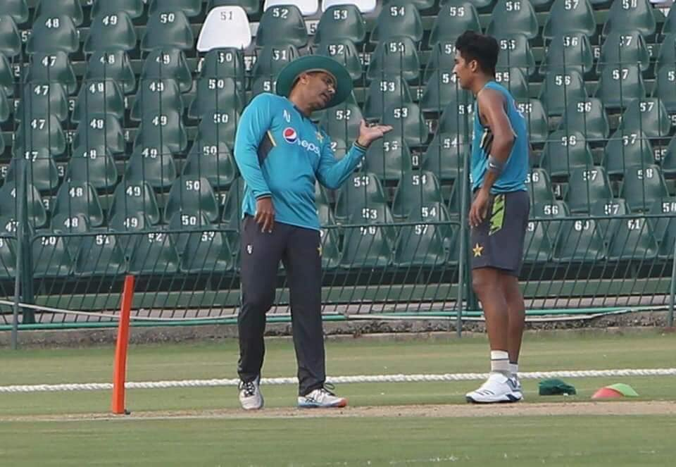 Bowling Coach Waqar Younis working on the speed gun Mohammad Hasnain, will it be usefull for him?#PAKvSL #Cricket #Pakistan