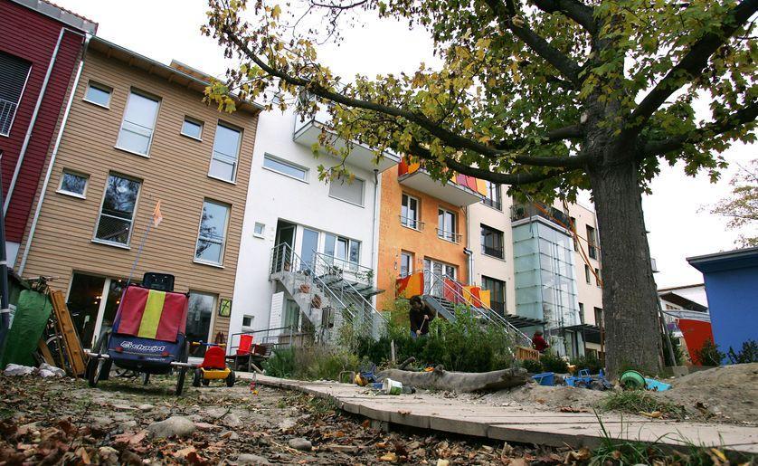 """Vouloir """"vivre autrement"""" : l'habitat participatif permet au groupe de concevoir, créer puis gérer son propre lieu de vie : c'est un véritable projet collectif. https://www.franceculture.fr/emissions/matieres-a-penser/habiter-demeurer-se-loger-45-cest-lhabitant-qui-fait-la-ville?utm_medium=Social&utm_source=Twitter#Echobox=1568955496…"""