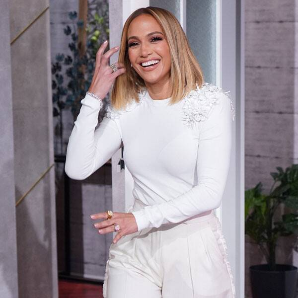 Jennifer Lopez Closes Versaces Fashion Week Show in Iconic Green Gown - Top Tweets Photo
