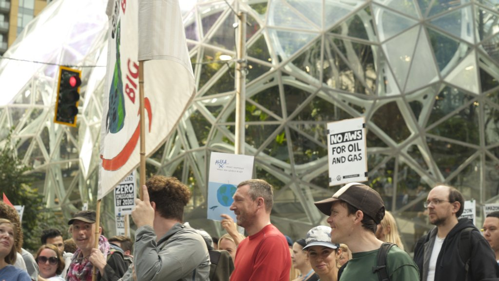 Thousands of Amazon employees walk out for climate strike - Top Tweets Photo
