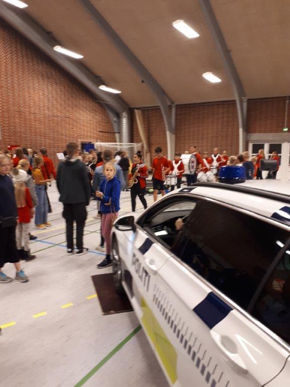 Fed fredag i Helle Hallen, hvor ca. 700 børn/unge fra 4 til 8 klasse hyggede sig med masser af aktiviteter. 2 betjente var til stede med patruljebiler og fik masser af opmærksomhed. Dejligt. #politidk https://t.co/l3rnz5bLG5