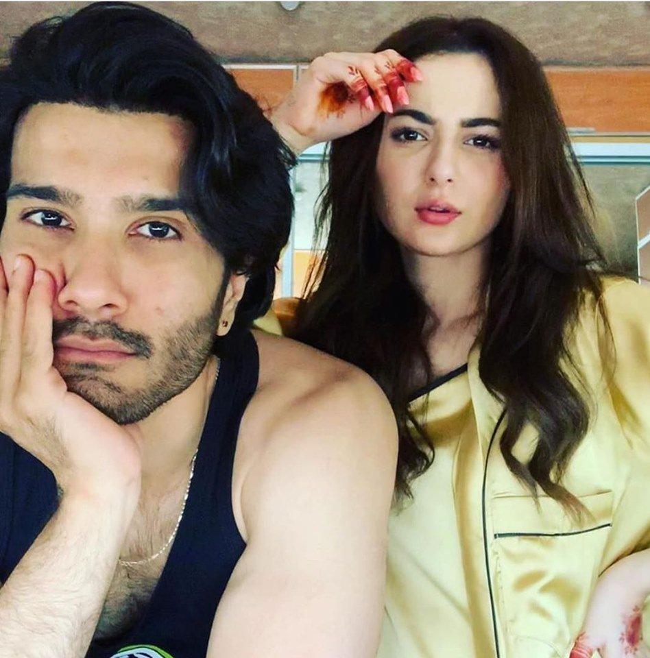 Feroze Khan shares a bts image with Hania Amir from their upcoming project. #Lollywood #PakistaniCelebrities #FerozeKhan #HaniaAmir #BTS #UpcomingProject<br>http://pic.twitter.com/DgKMDcOzOR