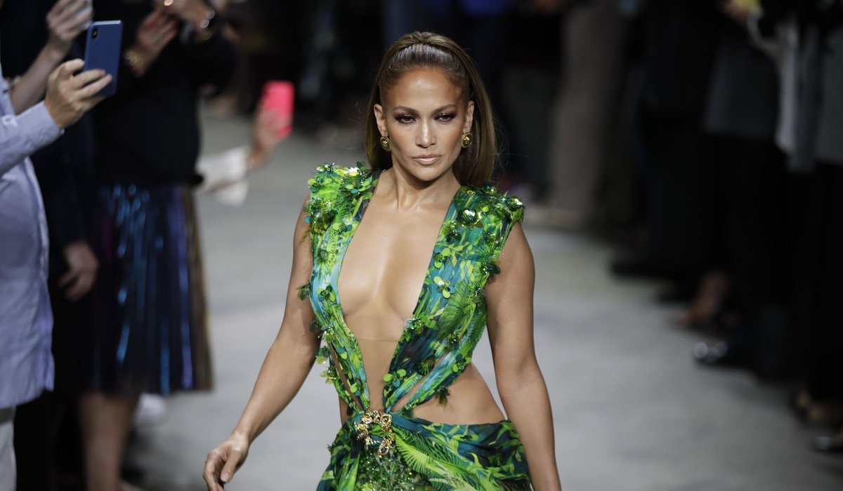 Milan Fashion: J-Lo struts updated jungle dress at Versace  https://www. washingtontimes.com/news/2019/sep/ 20/milan-fashion-j-lo-struts-updated-jungle-dress-at-/?utm_source=dlvr.it&utm_medium=twitter   … <br>http://pic.twitter.com/xQ0c2ZUdpH
