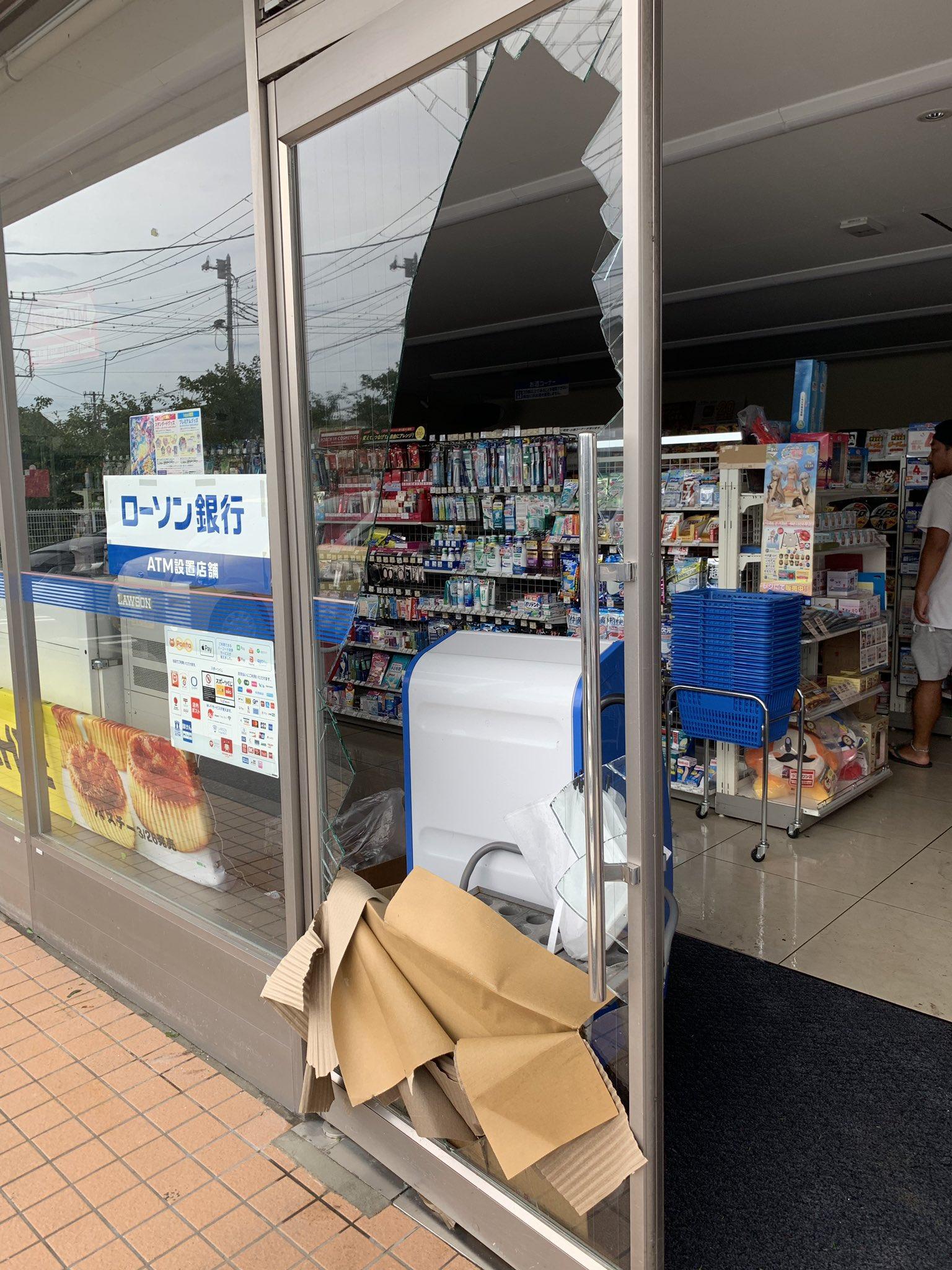 画像,千葉県鴨川市、現在も停電一部断水もあるようです。#鴨川市 で検索するとスーパーなど営業の様子が少しはわかりそうです。道路は信号が消えたままで、木やブロック塀が倒…