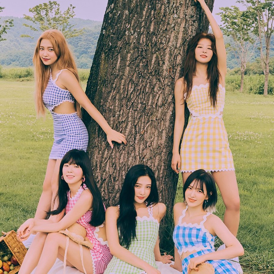 """#RedVelvet topped Soompi's Music Chart this week with """"Umpah Umpah."""" Congratulations to Red Velvet!  And based on our poll, #EVERGLOW's """"Adios"""" is the favorite new entry from last week's chart.  Check out the latest chart results below:  https://www. soompi.com/article/135083 0wpp/red-velvets-umpah-umpah-rises-to-no-1-soompis-k-pop-music-chart-2019-september-week-1  … <br>http://pic.twitter.com/3UYWD6ZknB"""