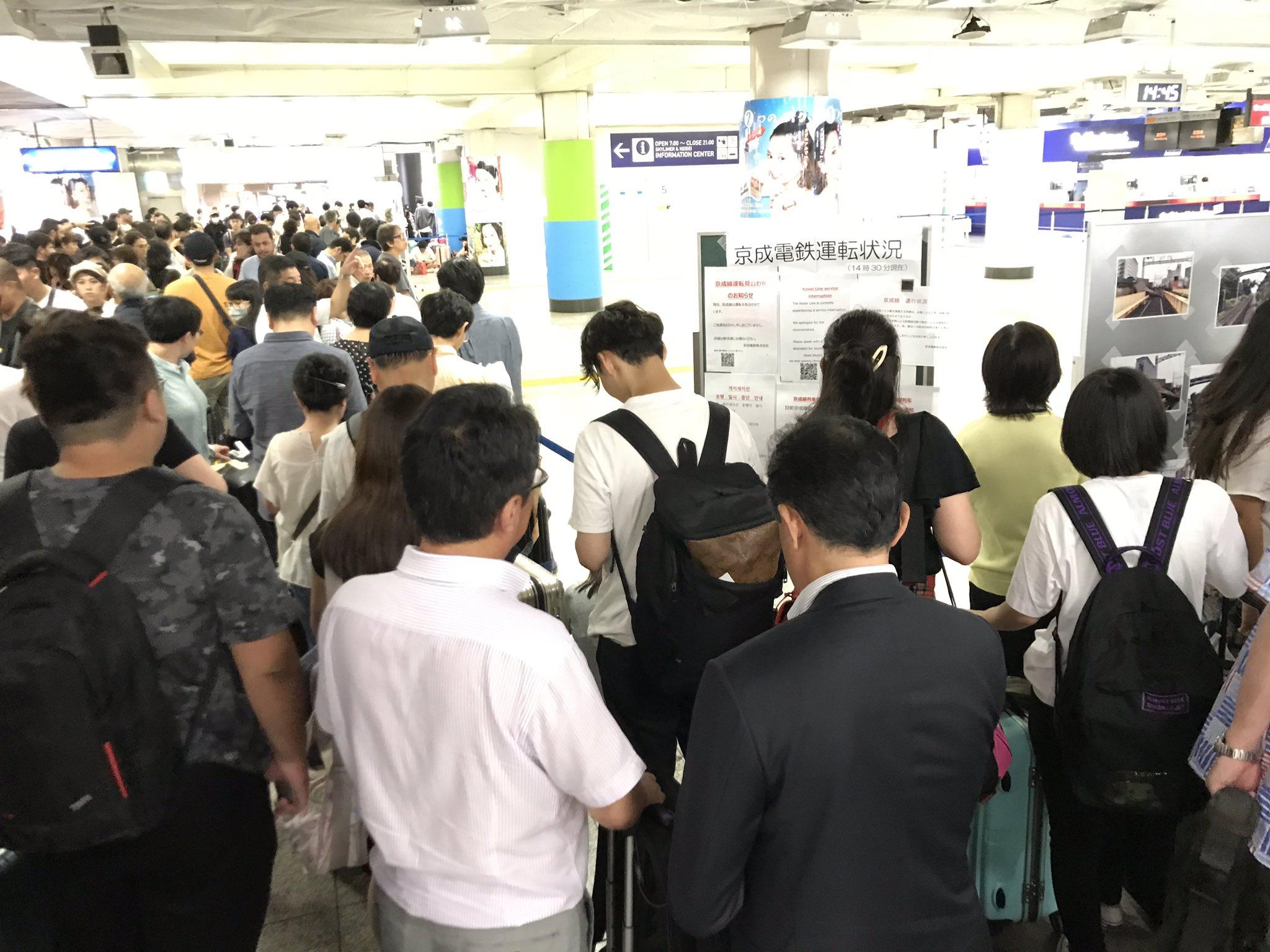 画像,成田空港は地獄と化しています。クーデターでもあったかの状態。バスも電車も動いてないので死を待つのみ🤣空港内のコンビニなんもないです。 https://t.co/…