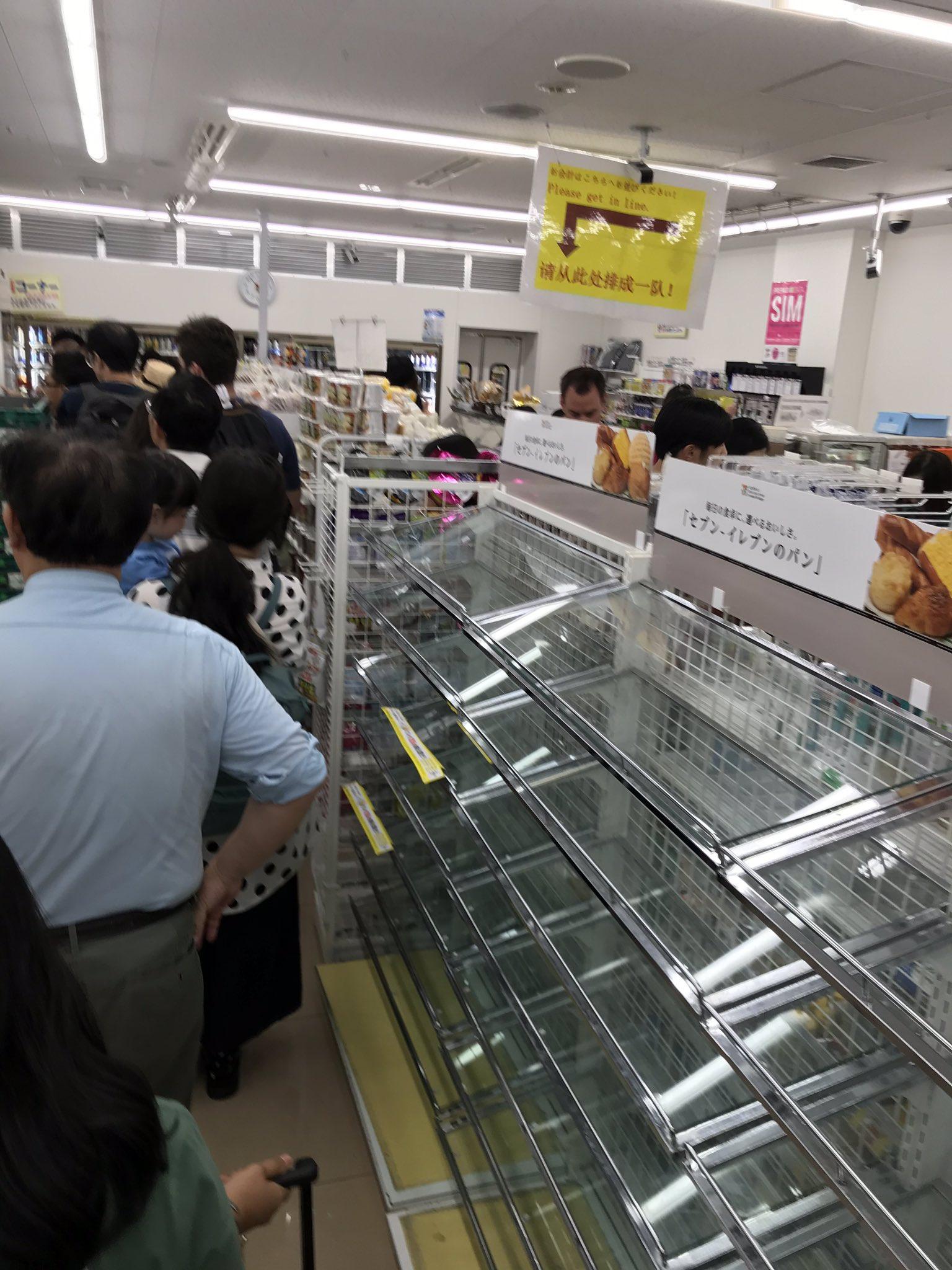 成田空港のコンビニの商品が売り切れになっている画像