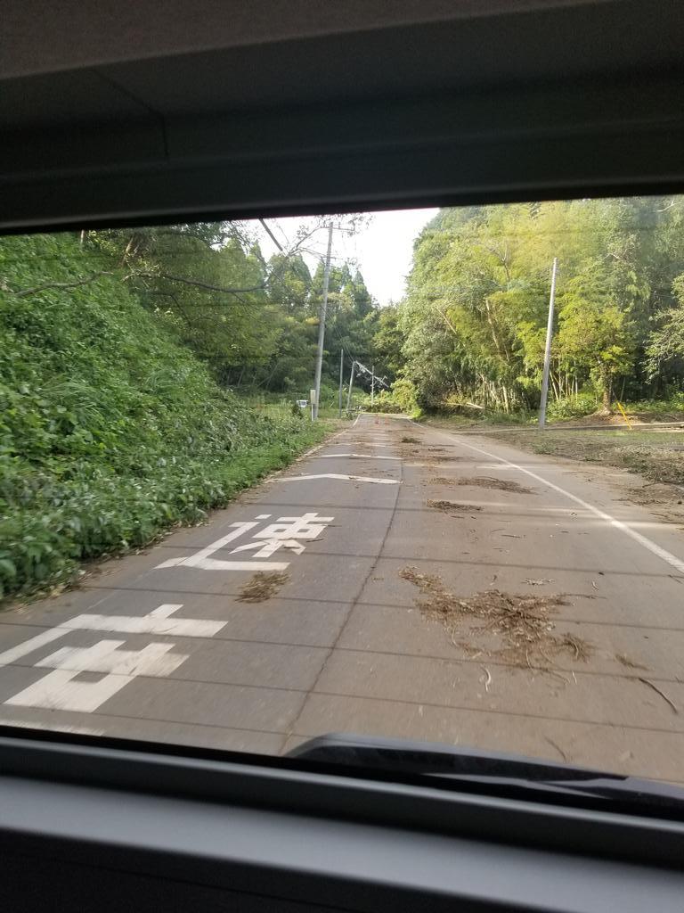 画像,台風の暴風の影響で木や電柱が折れて道が塞がってる・・・自然の強さを感じる・・これは停電復旧に時間がかかりそうだ・・・暑い時の長時間の停電は大変だ。電気のありがた…