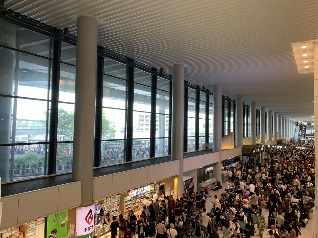画像,成田空港の状況。京成線、JR動かないバスもタクシーも長蛇の列近辺道路は倒木、冠水成田到着便は続々と押し寄せる近くのホテルが予約一杯コンビニから食べ物なくなる h…